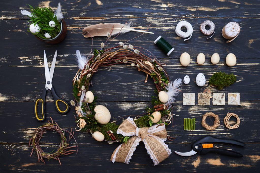 Veškeré věci potřebné pro přípravu velikonočního věnce z proutí.