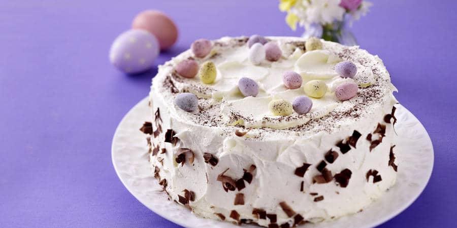 Máslový dort na Velikonoce zdobený vajíčky.