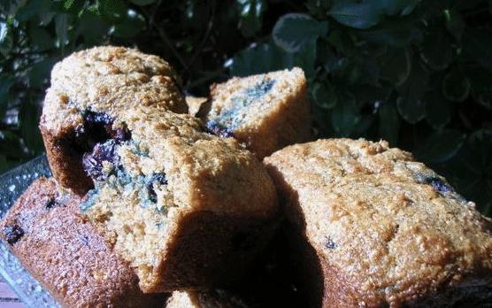 Dvojbarevné muffiny plněné marmeládou, kterým nikdo neodolá.