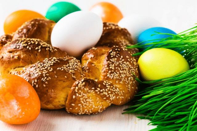 Velikonoční věnec z Německa zdobený vajíčky a sezamem.