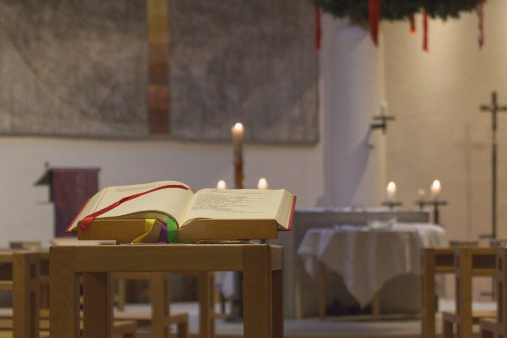 Otevřená kniha v kostele na velikonoční bílou sobotu.