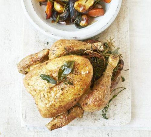 Velikonoční pečené kuře na stole.