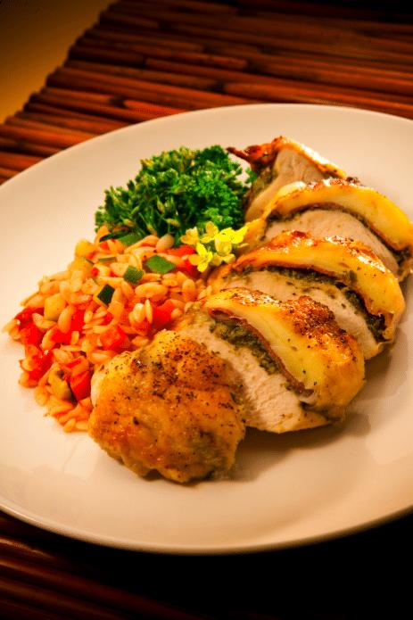 Plněné velikonoční kuře na talíři.