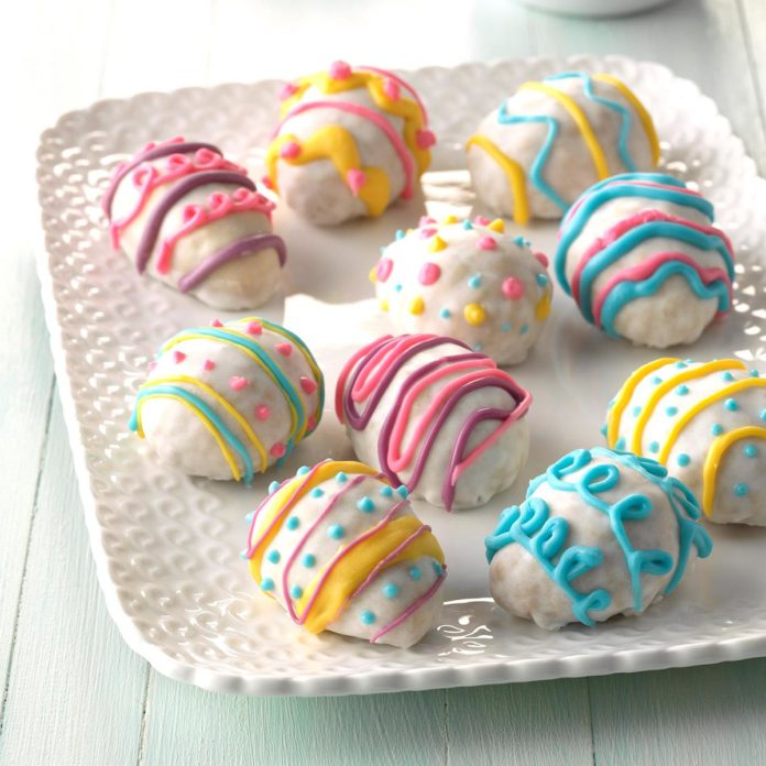 Krásně ozdobené sušenky ve tvaru velikonočních vajíček.