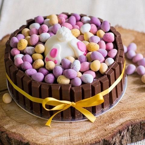 Nádherný velikonoční dort z čokolády zdobený králíkem a vajíčky.