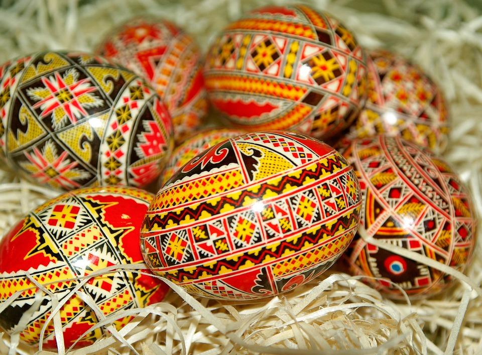 Obarvená velikonoční vajíčka.