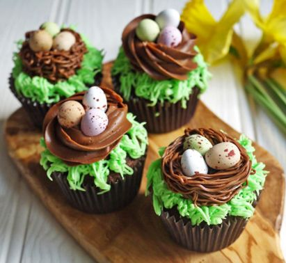 Velikonoční lahodné muffiny s krémem a vajíčky jako ozdobou.