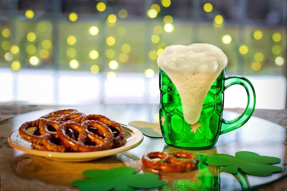 V Česku se o zeleném čtvrtku nalévá výhradně zelené pivo.