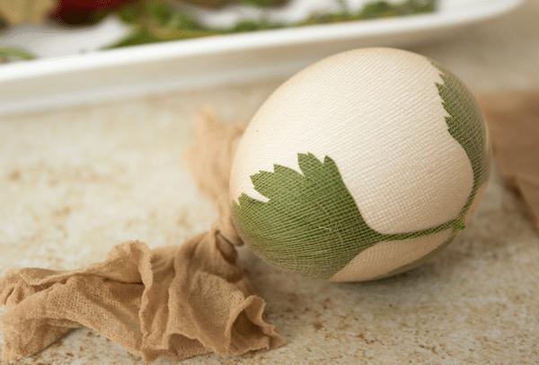 Ukázka, jak ozdobit vajíčka na barvení v cibuli