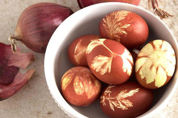 Návod na barvení vajíček v cibuli