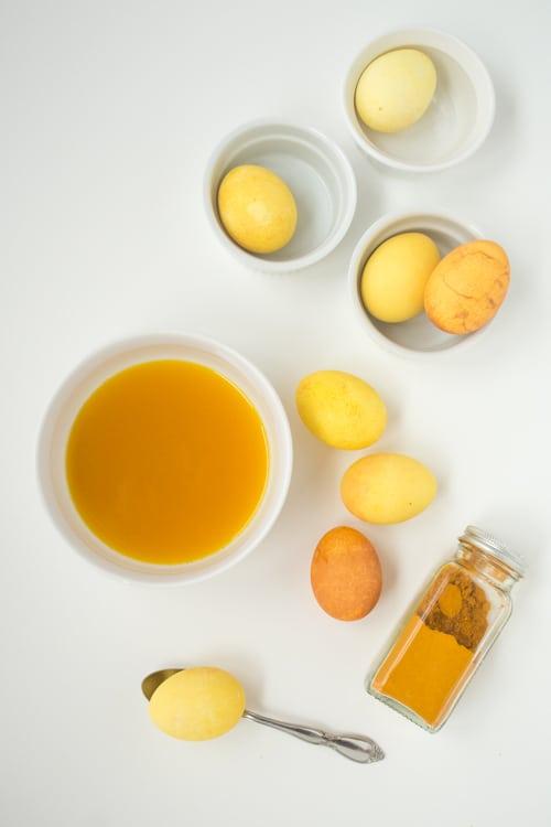 Barvení vajíček kurkumou