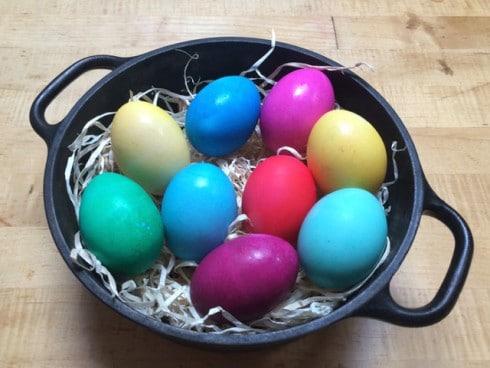 Pestrá vajíčka obarvená octem a sodou