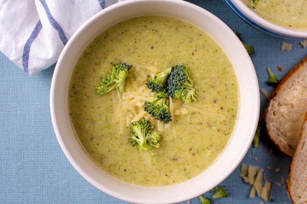Polévka z brokolice na velikonoční Zelený čtvrtek.