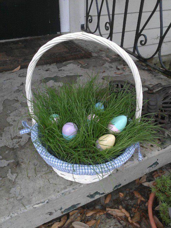 Výzdoba hrobu s velikonočním osením v košíku.