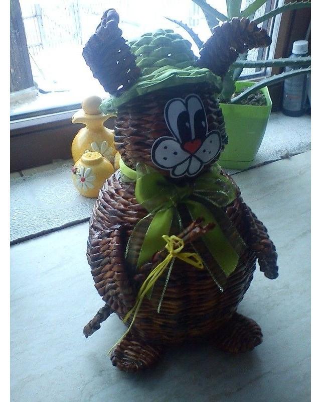 Pletený zajíc papírových ruliček jako velikonoční dekorace.