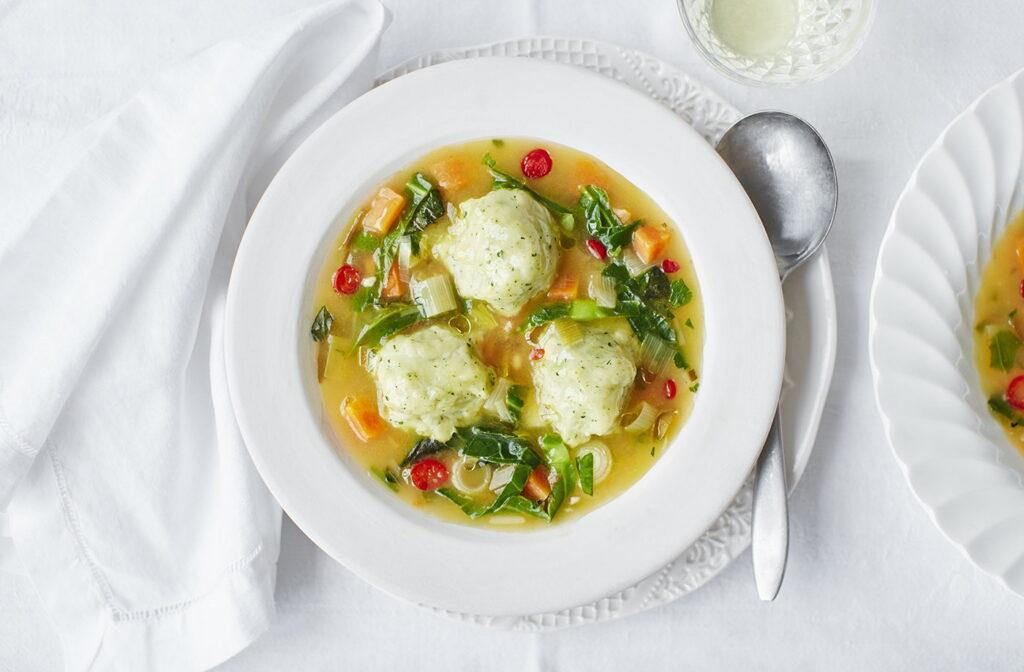 Polévka s jarní zeleninou jako oběd na velikonoční neděli.