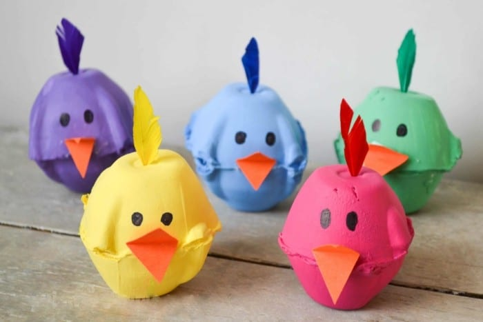 Velikonoční dekorace kuřátek z kartonů od vajec.