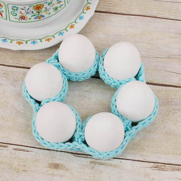 Velikonoční dekorace uháčkovaná jako stojan na vajíčka.