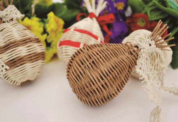 Velikonoční kraslice pletené z pedigu.