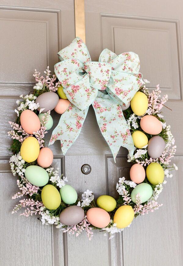 Tvoření velikonočního věnce na dveře s vajíčky a mechem.